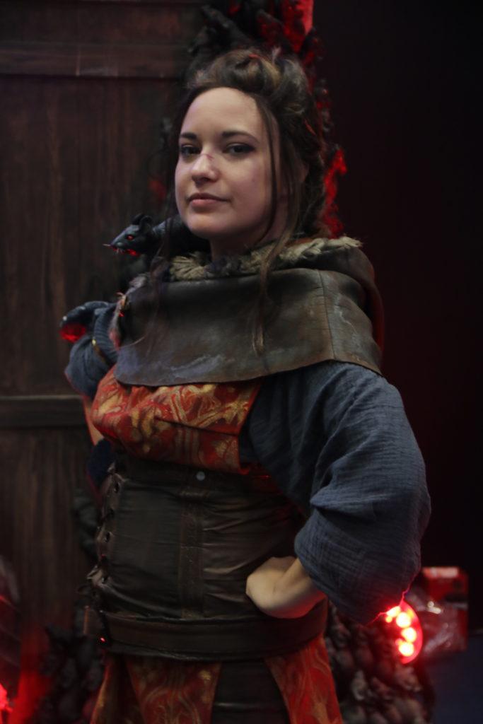 Une cosplayeuse d'Amicia du jeu A Plague Tale Innocence présente sur le stand Jeux Made In France